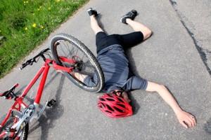 Verletzter Fahrradfahrer auf der Landstraße