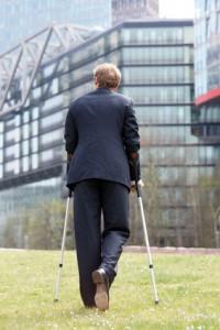 Laufender Mann mit Krücken